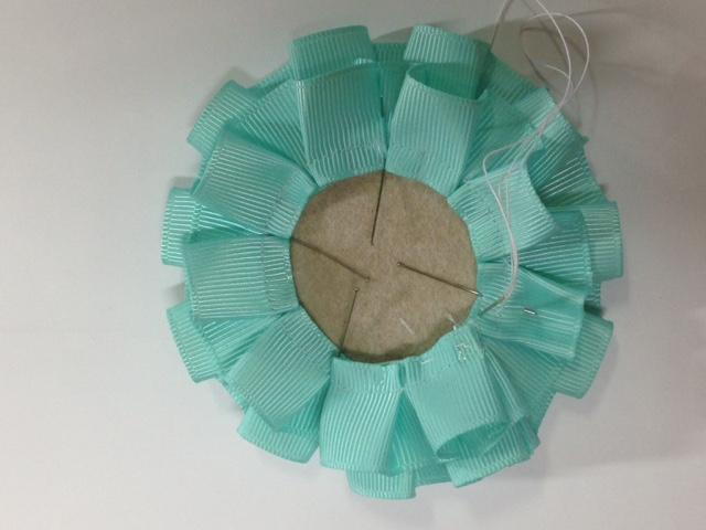 次にCに小さい円を重ね 縫付けます。 Then put small circle on C,sew it on.